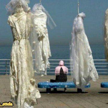 """""""به دار آویختن"""" لباسهای عروس ازنخلهای کنار ساحل بیروت"""