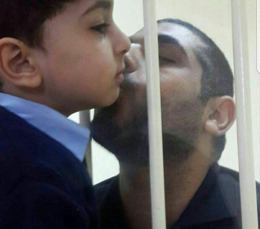 پدر بحرینی محکوم به اعدام (از زندانیان سیاسی)،  پسرش را از پشت شیشه میبوسد…