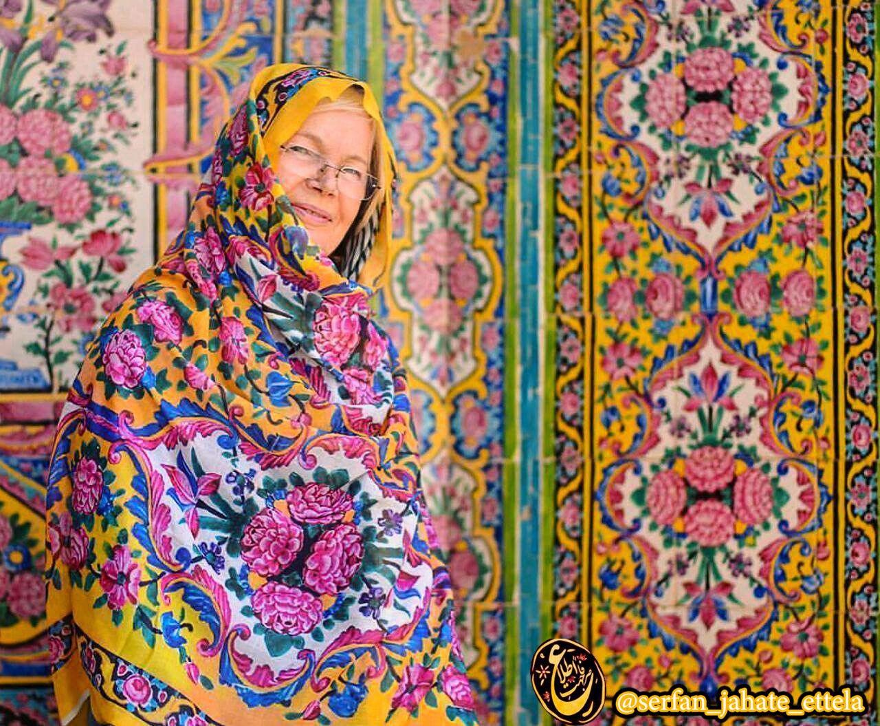 تصویر روز: گردشگر خارجی درمسجد نصیرالملک