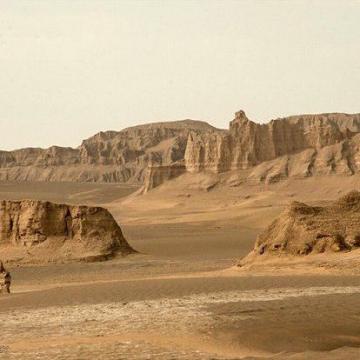 پائولوونتورینی دونده ی ایتالیایی قصددارد ٨٠ کیلومتر مسیر را در۱روزدر دمای ٧٠ درجه در بیابان لوت بدود