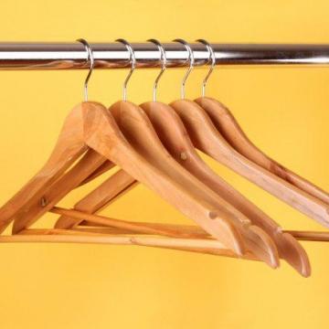 چرا معمولاً آویزهای لباس را از جنس چوب سرو درست میکنند؟