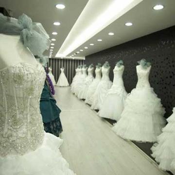 از هول دیدن لباس عروس رفت تو شیشه!