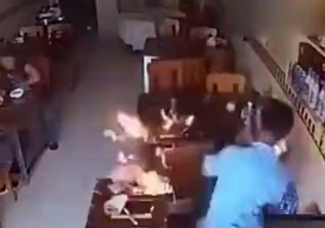 ویدئو : حرکت خادمان آستان قدس از خيابان شيرازی برای گلباران حرم امام رضا(ع)