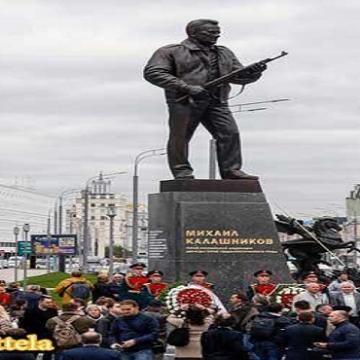 از مجسمه  کلاشنیکوف سازنده اسلحه کلاشنیکوف در مسکو پرده برداری شد