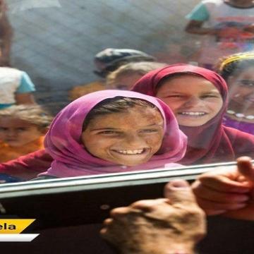 لبخند کودکان جنگ زده عراق با دیدن دلقک های اروپایی