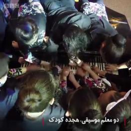 ویدئو : تا به حال دیدهاید که ۲۰ نفر همزمان با یک پیانو قطعهای را بنوازند؟