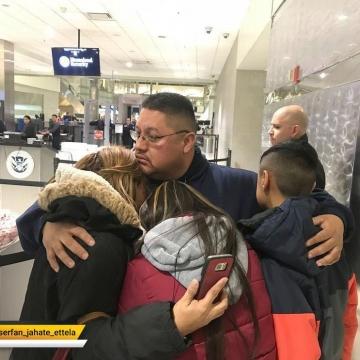خداحافظی مرد ۳۹ساله مکزیکی تبار با همسر و دو فرزندش.