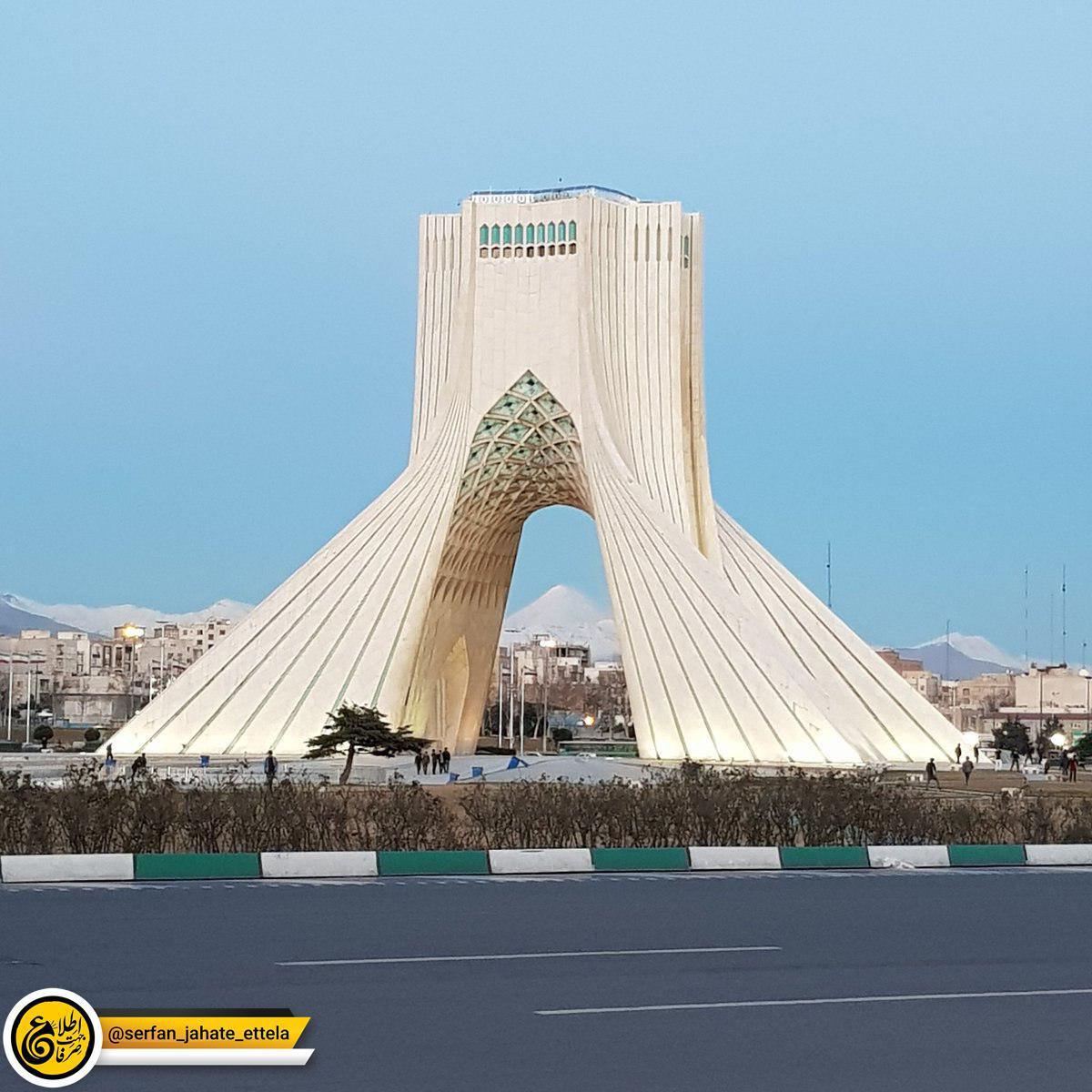 هوای متفاوت امروز تهران: دماوند از میدان آزادی پیدا بود