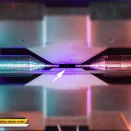 اون نقطه وسط رو که میبینید یه دونه تک اتمه که با لیزر برانگیخته شده