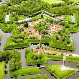 در دهکده Geithoorn  هلند تمام عبور و مرور از طریق قایق امکان پذیر است