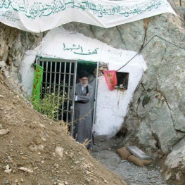 تصویری از حضور رهبرانقلاب در جوار قبور مطهر شهدای گمنام در کهفالشهدای تهران