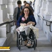 """سناتور دموکرات آمریکایی """" تمی داک ورث"""" در حال عزیمت به صحن سنا با نوزاد خردسالش"""