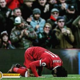 تصویر روز: سجده شکر محمدصلاح، ستاره مصری لیورپول در بازی دیشب مقابل آاِس رم
