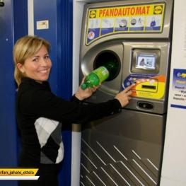 در آلمان در ورودی فروشگاههای بزرگ، دستگاههای قراردارد که شما میتوانید بطری های پلاستیکی را تحویل دهید