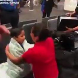 دیدار یکی از زنان مهاجر اهل گواتمالا که با فرزندش جدا شده بود پس از یک ماه