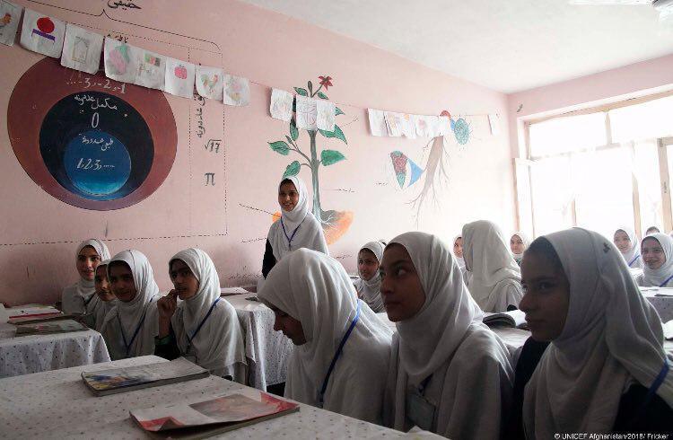 طبق گزارش یونیسف نزدیک به نیمی از کودکان افغانستان به مدرسه نمیروند.