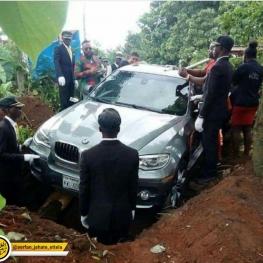 جوان نیجریه ای یک ماشین BMW X5 یک میلیارد تومنی خرید و آن را با جنازه پدر خود دفن کرد!