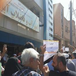 تجمع مقابل اداره آب در اعتراض به شور شدن آب شرب