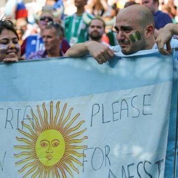درخواست هواداران آرژانتین از بازیکنان نیجریه ؛ به خاطر مسی ببرید.