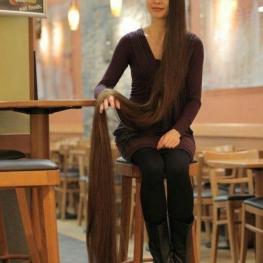 عالیا نصیرووا زن ۲۷ ساله در لتونی رکورد بلندترین موی سر در جهان را دارد،