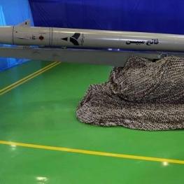 موشک «فاتح مبین» نسل جدید موشکهای نقطهزن زمینی و دریایی رونمایی شد