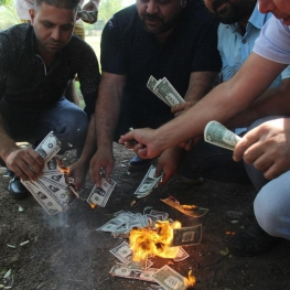 آتش زدن دلار در شهر آدانای ترکیه