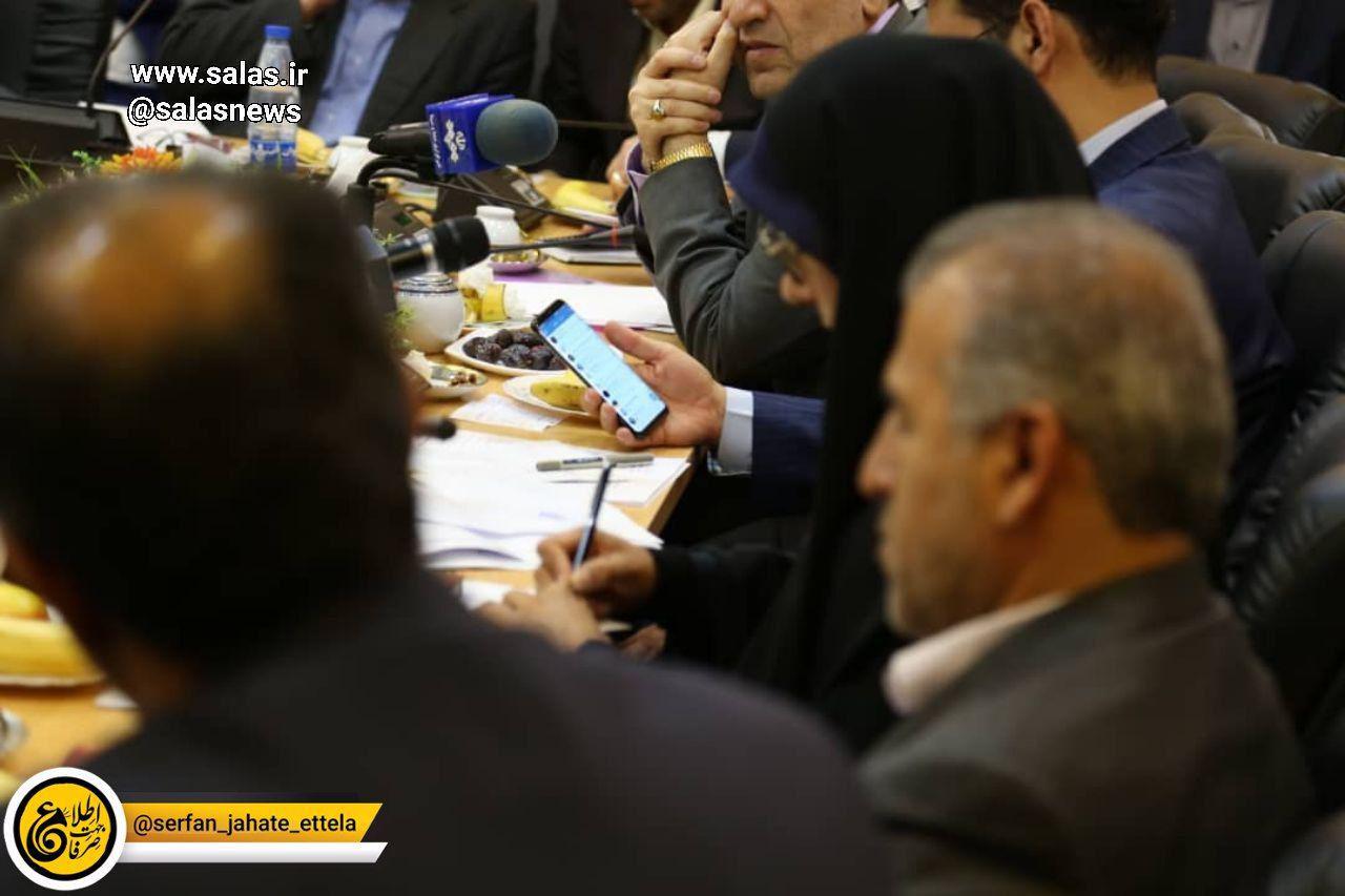 آذری جهرمی، وزیر ارتباطات در حال چک کردن تلگرام!