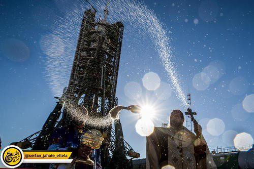 """متبرک کردن فضا پیمای """"سایوز"""" روسی از سوی یک کشیش ارتدوکس پیش از پرتاب"""