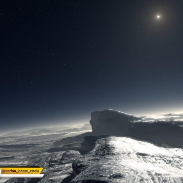 فاصله ی پلوتو ازخورشید زیاد است به همین علت برخی تصور میکنند اين سیاره تمام مدت تاریک است