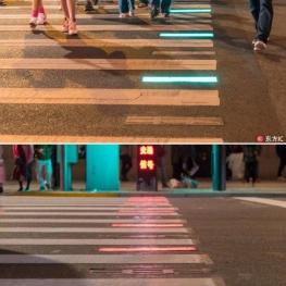 معتادان تلفن های هوشمند در شانگهای در حال حاضر در معرض خطر حواس پرتی در هنگام عبور از خیابان هستند