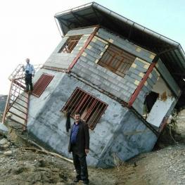 خانهای نوساز در تنکابن که در سیل اخیر استانهای شمالی، واژگون شد