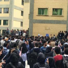 بیش از ۷۰۰ نفر از دانشجویان دانشگاه امیرکبیر ظهر امروز با تجمع مقابل ساختمان مرکزی دانشگاه، نسبت به کیفیت بد غذای سلف اعتراض کردند
