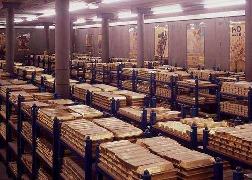 در آخرین گزارش صندوق بینالمللی پول ارزش ذخایر ارزی و طلای ایران معادل ۱۰۰ میلیارد دلار تخمین زده شده است.