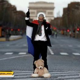 یکی از تظاهرکنندگانی که روز شنبه برای اعتراض به سیاستهای دولت فرانسه به خیابان شانزه لیزه پاریس رفته