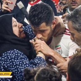 بوسه مرتضی پورعلی گنجی به دستان مادرش پس از پیروزی مقابل عمان