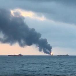 آتش گرفتن ۲ کشتی در تنگه کرچ در نزدیکی کریمه