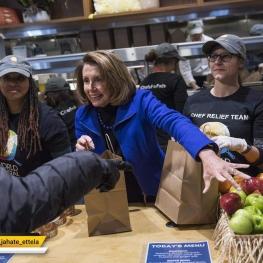 """""""نانسی پلوسی"""" رییس دموکرات مجلس نمایندگان آمریکا در حال توزیع غذای رایگان بین کارمندان بیکار شده"""