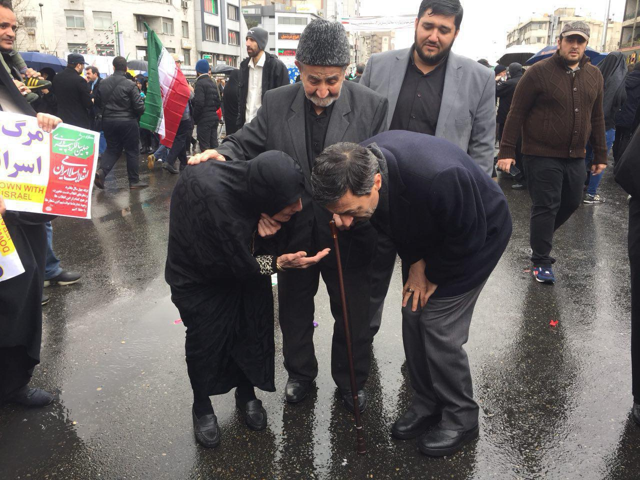 گفتوگوی رییس کمیته امداد امام خمینی (ره) با یکی از حاضران در راهپیمایی