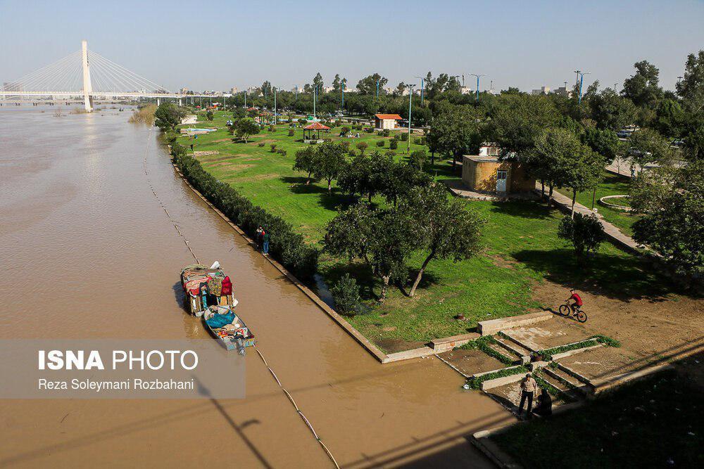 بارشهای اخیر و رهاسازی آب سدها در بالادست رودخانه کارون، حجم آب این رودخانه در مقطع اهواز افزایش یافت