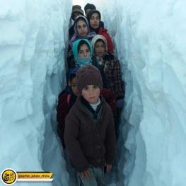 تصویر روز: دانش آموزان در مسیر مدرسه داغکندی چاراویماق
