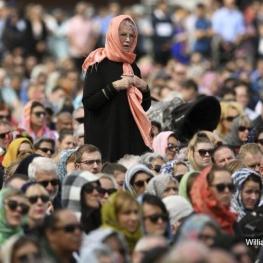 زنان نيوزيلندي به نشانه همبستگي با مسلمانان امروز روسری بر سر كردند