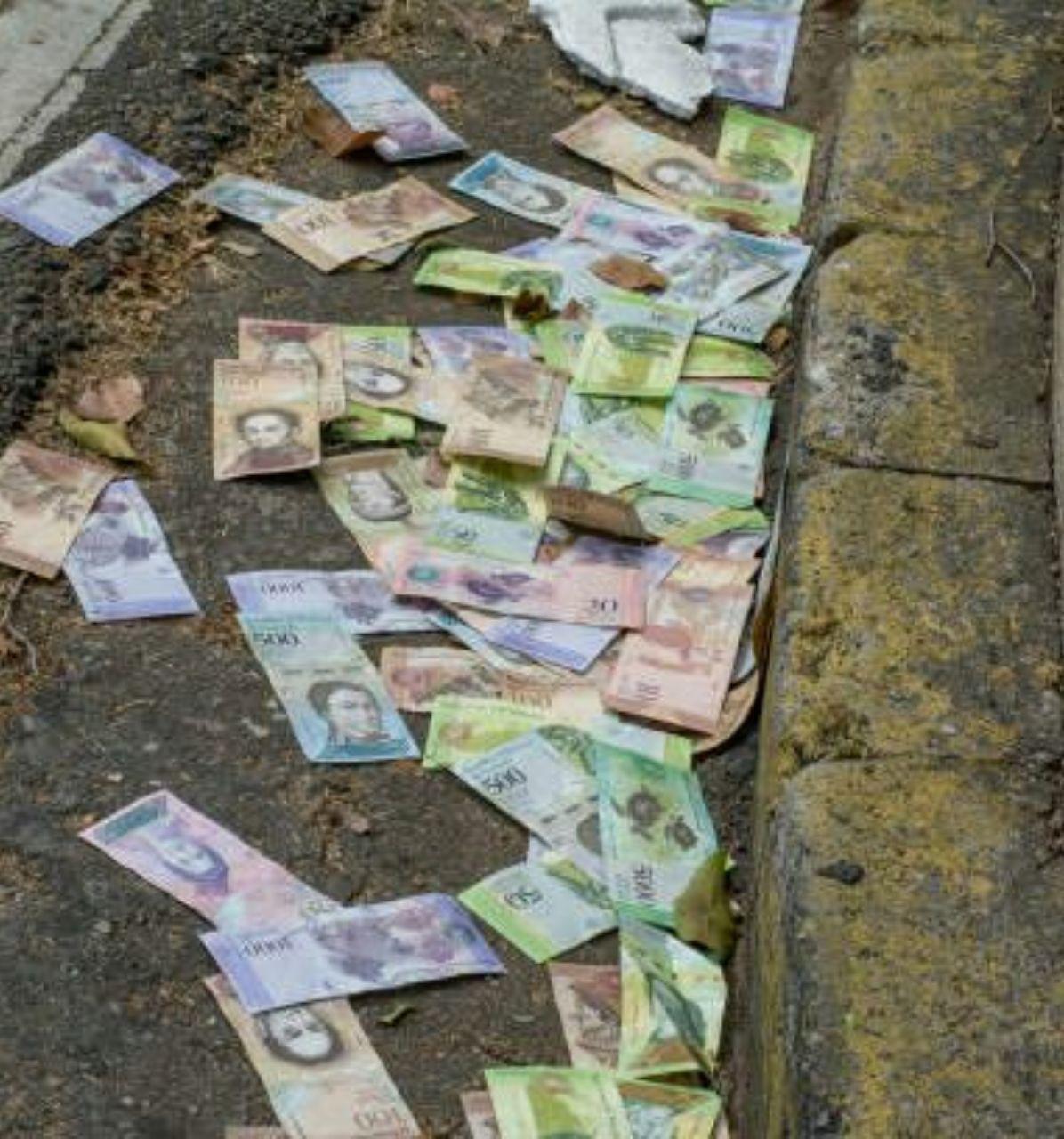 کف خیابانی در ونزوئلا مملو از اسکناس