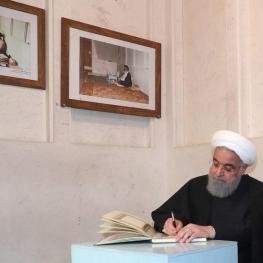 تصویر: برخی مردم همیشه در صحنه حتی در خانه تاریخی امام در نجف اشرف هم دست از سر دیوار برنداشتند
