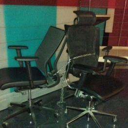 پژمان راهبر در توئیترش نوشت: شاید براتون جالب باشه. این صندلی عادل (و مهمان) در برنامه ٩٠ و استودیوش بود