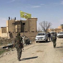 پرچم شبه نظامیان «نیروهای دموکراتیک سوریه» در باغوز