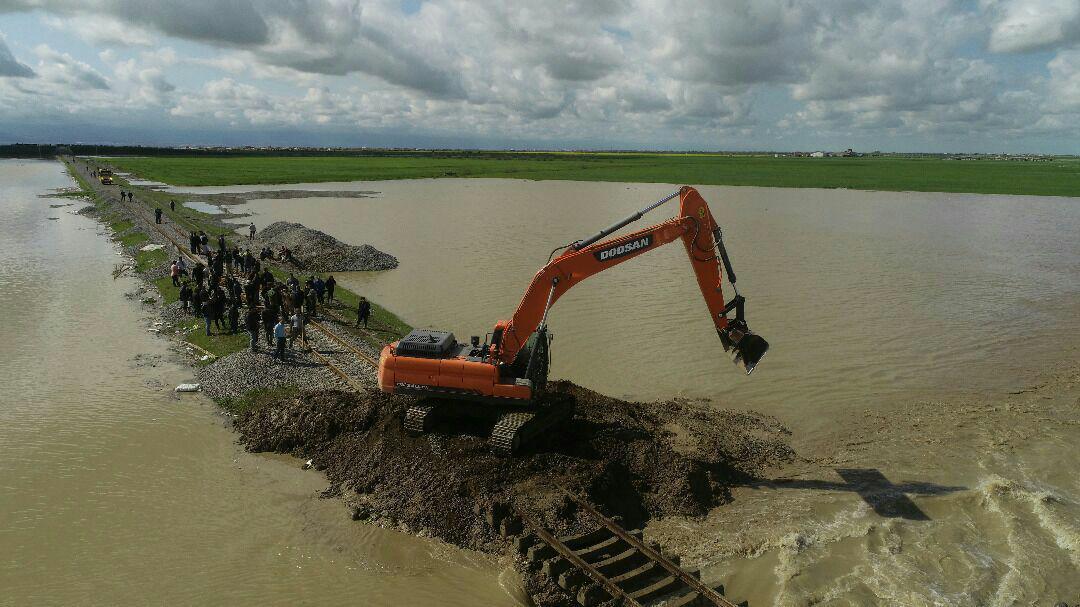 انفجار خط آهن شمال آققلا برای تسریع خروج سیلاب از شهر توسط سپاه