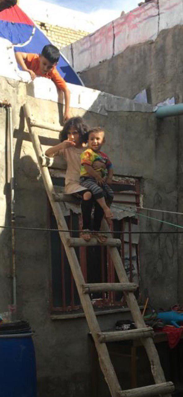 چادر زدن روي سقف خانه برای امان ماندن از سیل در کوی مشروطه سوسنگرد