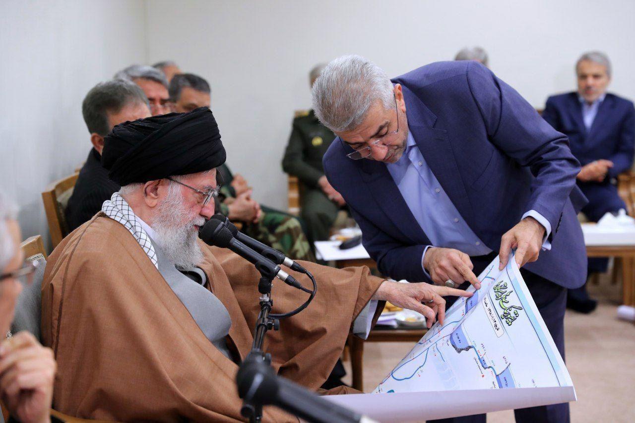 تصویری از گفتگوی رهبر انقلاب با وزیر نیرو