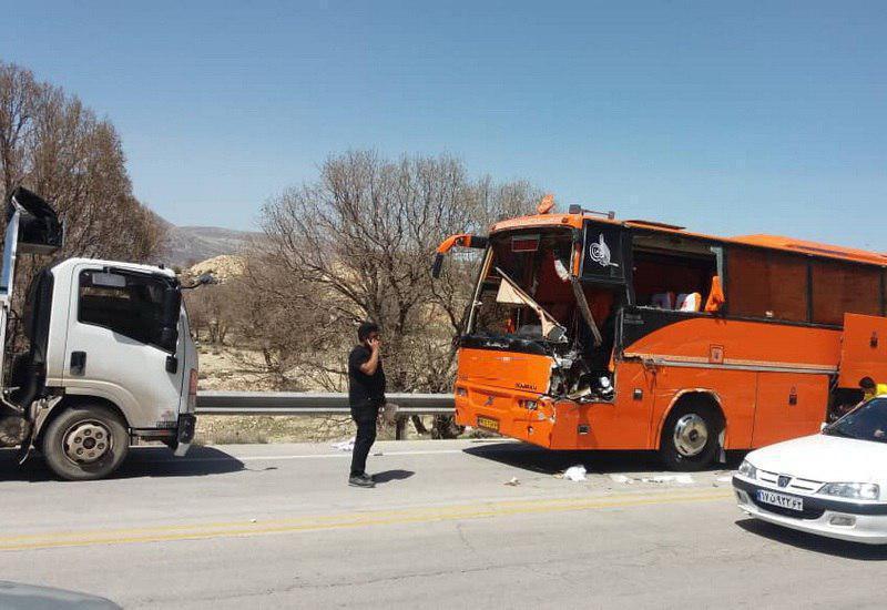برخورد یک دستگاه اتوبوس با کامیون ایسوزو در جاده شیراز – کازرون