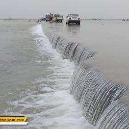 """جاده عطیش (شهرستان کارون – خوزستان)؛ """"عطیش"""" از آغاز سیل تا کنون در محاصره آب قرار دارد."""